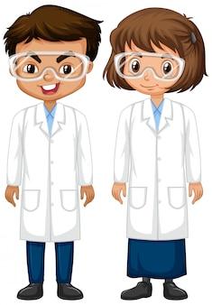 Ragazzo e ragazza in abito di scienza che sta sul fondo bianco