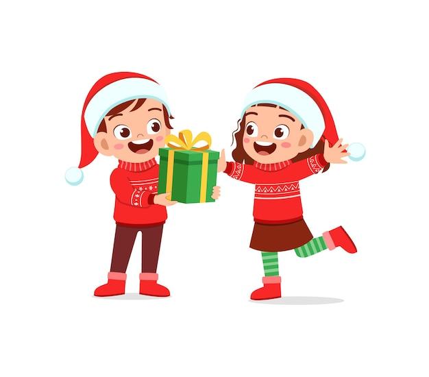Мальчик подарить девушке подарок на рождество
