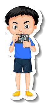 カメラ漫画のキャラクターステッカーを保持している少年