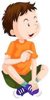 Мальчик в оранжевой рубашке сидит