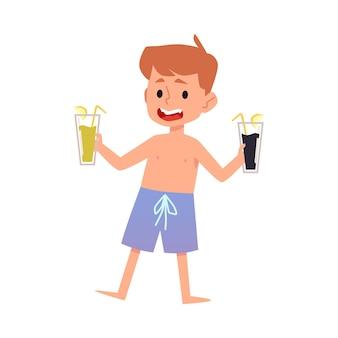 음료와 함께 안경을 들고 수영 반바지에 소년