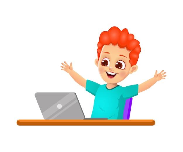 소년 아이는 노트북을보고 행복하다