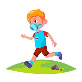 공원 벡터에서 실행 얼굴 마스크를 착용하는 소년 아이. 10대 미만 아동 보호용 안면 마스크는 외부에서 자연 속에서 실행됩니다. 팬데믹 플랫 만화 일러스트에서 캐릭터 스포츠 활동 시간