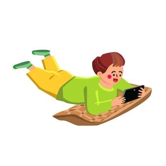 소년 재생 스마트폰 및 베개 벡터에 누워. 작은 아이는 스마트폰 게임을 하거나 의사 소통을 합니다. 디지털 전자 장치를 가지고 노는 캐릭터 아이, 재미있는 게임 시간 플랫 만화 그림