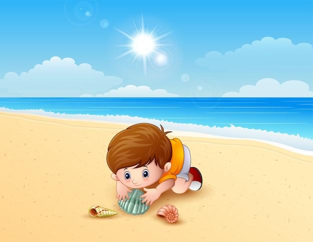 ビーチで海の殻を演奏する少年