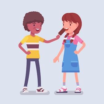 여자 친구와 아이스크림을 공유하는 소년