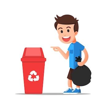 Мальчик показывает, как правильно выбрасывать мусор