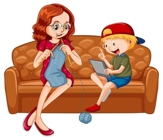 彼の母親と一緒にタブレットから学ぶソファに座っている少年