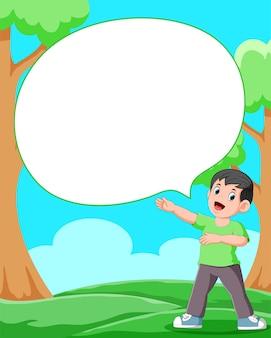 빈 거품 연설으로 정원에 서있는 소년
