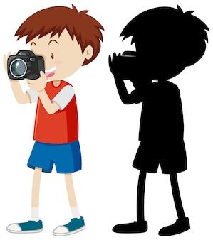 Мальчик фотографирует с его силуэтом