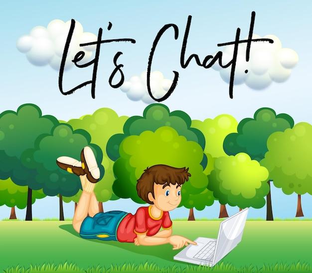 Мальчик, использующий интернет в парке