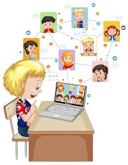 흰색 배경에 친구와 화상 통화를 위해 노트북을 사용하는 소년