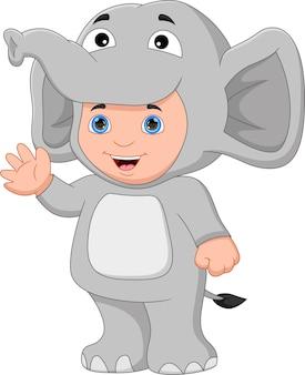 手を振っている象の衣装を着ている少年