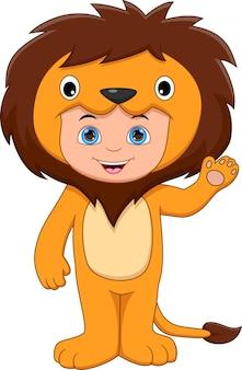 手を振っているライオンの衣装を着ている少年