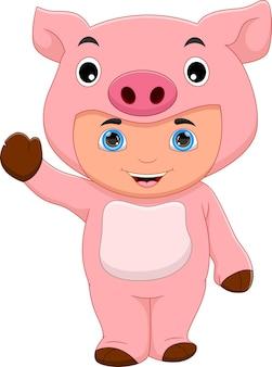 手を振っている豚の衣装を着ている少年