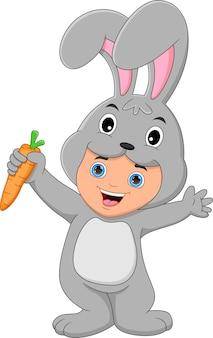 당근을 들고 토끼 의상을 입고 소년