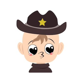 Мальчик с большими сердечными глазами и поцелуем в губы в шляпе шерифа с желтой звездой, милый парень с любящим лицом в с ...
