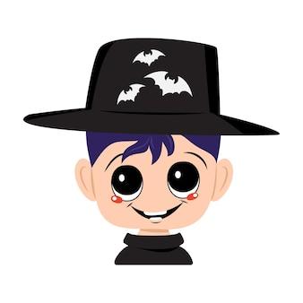 Мальчик с голубыми волосами, большими глазами и широкой счастливой улыбкой в карнавальной шляпе с летучими мышами. голова ребенка с радостным лицом. украшение и костюм для вечеринки на хэллоуин