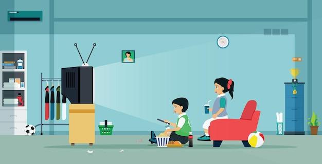 소년 소녀들이 집에서 tv를보고 있습니다.