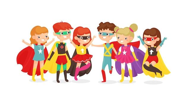 흰색 배경에 고립 된 슈퍼 히어로 의상 소년과 소녀. 행복한 아이들이 함께 즐거운 시간을