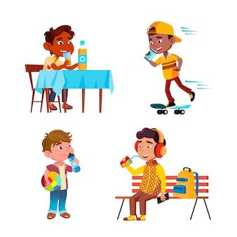 Мальчики дети пить вкусный напиток набор вектор. африканский ребенок едет на скейтборде, десятилетний ребенок сидит на скамейке и за столом, ребенок с мячом питьевой сок или воду. персонажи плоский мультфильм иллюстрации