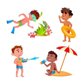 Мальчики дети отдых на пляже набор векторных. дети плавают в море с спасательным кругом и исследуют подводный мир, пьют сок и играют с водяным пистолетом. персонажи плоский мультфильм иллюстрации