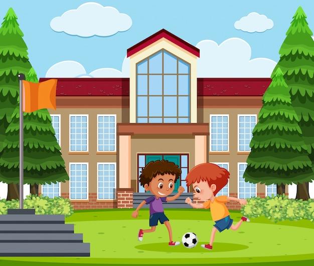 Мальчики играют в футбол на школьной площадке