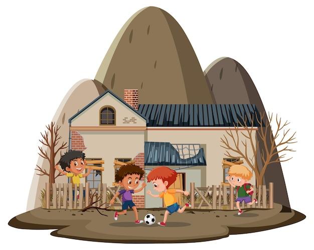 Мальчики играют перед старым заброшенным домом