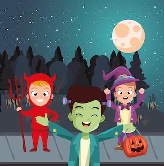 Мальчики в костюмах на хэллоуин перед деревьями в ночном дизайне, праздничная и страшная тема