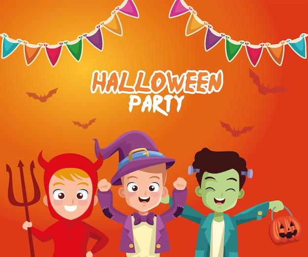 Мальчики в костюмах на хэллоуин с баннерным вымпелом, праздничной и страшной темой