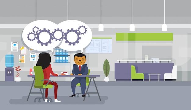 Мозговая атака азиатские бизнесмены, сидящие за офисным столом, обсуждают новые идеи