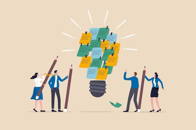 新しいアイデアを集めるためのブレーンストーミング、効果的な会議のディスカッション、人々は解決策を発明して発見する、スクラムの概念、ビジネスマンは付箋紙を組み合わせてブレーンストーミングを行い、明るい電球のアイデアにします。