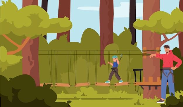 Храбрый ребенок-персонаж в ремнях безопасности проходит через подвесной мост в веревочном парке