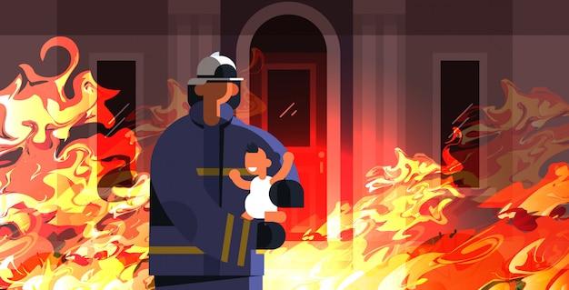 유니폼과 헬멧 소방 응급 서비스 진화 개념에 작은 아이 소방관 구출 용감한 소방관 불타는 집 오렌지 불꽃 배경 평면 세로 가로