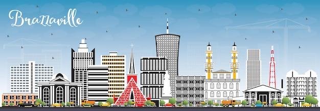 Горизонт города браззавиль республики конго с серыми зданиями и голубым небом. городской пейзаж браззавиля с достопримечательностями.
