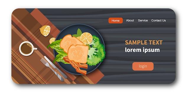Хлеб и бекон на тарелке с макетом здоровых овощей