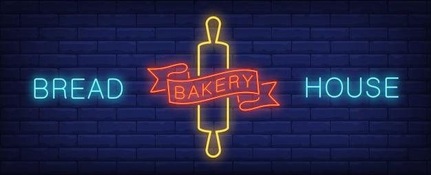 Insegna al neon della casa del pane matterello e iscrizione luminosa. annuncio luminoso di notte