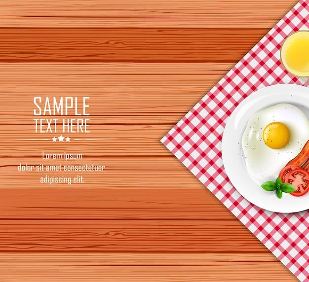 Завтрак стол с жареным яйцом и беконом на белой тарелке