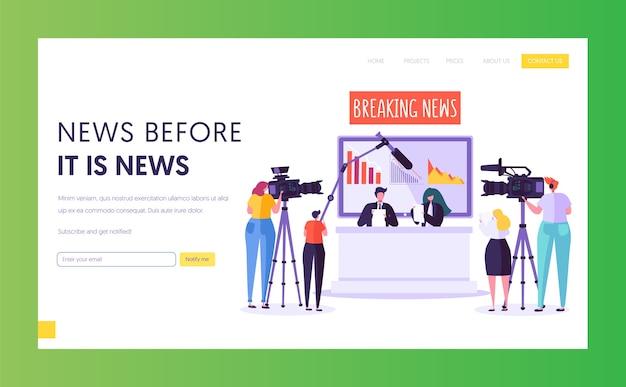 Целевая страница концепции программы последних новостей. видеооператор с камерой снимает в студии телевидения. репортер персонаж читает текст, сидя за столом или на веб-странице. плоский мультфильм векторные иллюстрации