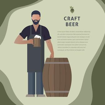 Пивовар собственной пивоварни с пивом в руке демонстрирует пиво возле бочки с шаблоном