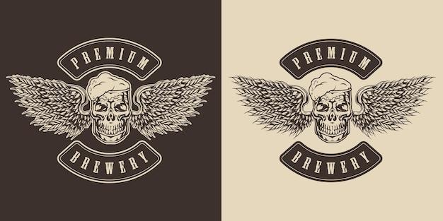 Пивоваренная монохромная этикетка в винтажном стиле с кружкой пива в форме черепа и птичьими крыльями из ушей ячменя