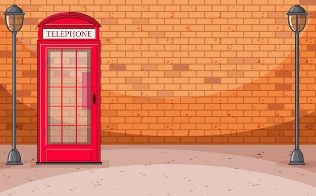 전화기 상자와 벽돌 벽 거리 장면