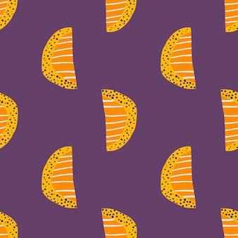 明るいオレンジスライスのシームレスなパターン。紫色の背景に抽象的な落書きフルーツシルエット。