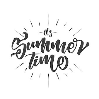 Кисть надписи композиция летнего времени с рисованной лучами, изолированные на белом фоне