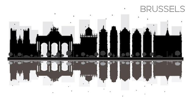 반사와 브뤼셀 시 스카이 라인 흑백 실루엣. 벡터 일러스트 레이 션. 관광 프레젠테이션, 배너, 현수막 또는 웹 사이트를 위한 단순한 평면 개념입니다. 랜드마크가 있는 도시 풍경.