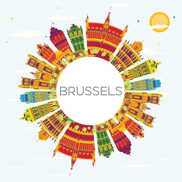 색상 건물, 푸른 하늘 및 복사 공간이 있는 브뤼셀 스카이라인. 벡터 일러스트 레이 션. 역사적인 건축과 비즈니스 여행 및 관광 개념입니다. 프레젠테이션 배너 현수막 및 웹사이트용 이미지.