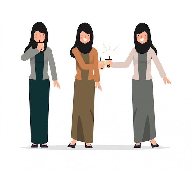 Молодые люди с удовольствием пьют чай bubble milk. характер женского образа жизни.
