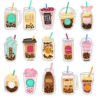 버블티. 유명한 여름 거품 아시아 차가 있는 플라스틱 컵, 공이 있는 인기 있는 대만 진주 우유, 맛있는 타피오카 달콤한 차가운 액체 디저트 만화 벡터 격리 세트가 있는 부드러운 보바 음료