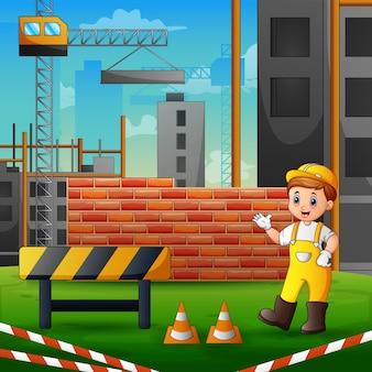 Строитель в униформе на строительной площадке