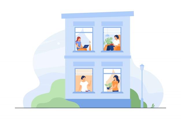 열린 창문과 사람들이있는 건물 외관